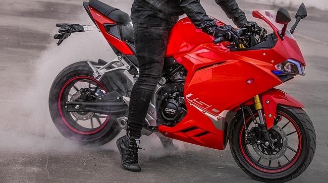GPX Demon 150GR có thiết kế ngoài hình bắt mắt đúng chuẩn với một chiếc moto thể thao. Ngay từ lúc hé lộ tức là vài tháng trước đó, GPX Demon 150GR đã gây sự chú ý vô cùng lớn với giới yêu xe.