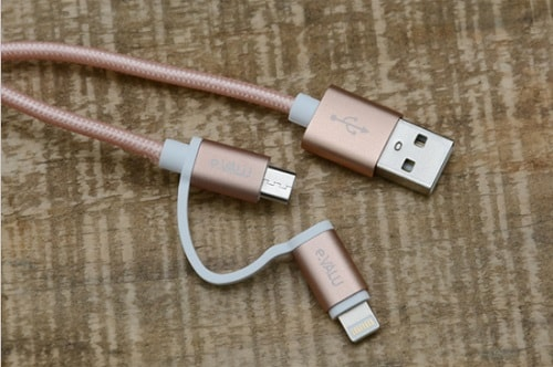 Một loại dây cap có đến 2 đầu ra tương thích cho 2 lỗ cắm khác nhau