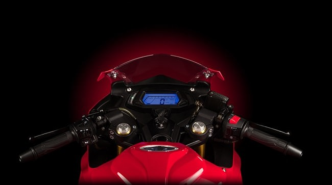 Vị trí nắm bình xăng của Demon 150GR được nhô cao hơn nhiều so với mặt ghi đông. Chưa có thông tin chính thức về dung tích bình xăng nhưng có thể nó rơi vào khoảng 13-15lit để thích hợp với tổng trọng lượng chiếc xe là 130kg.