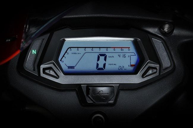 Demon 150GR được trang bị đồng hồ Full LCD với màn hình chính hiển thị ở giữa vòng tua, tốc độ còn các tính năng báo số, xi nhan được chia đều cho 2 bên góc.