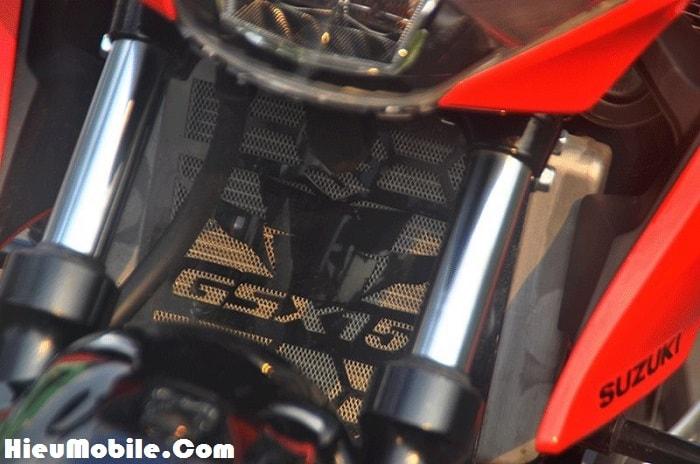 Che két nước có logo GSX150 cũng được lắp đặt để không bị đá hay vật cứng va vào thay vì để trống trơn như zin
