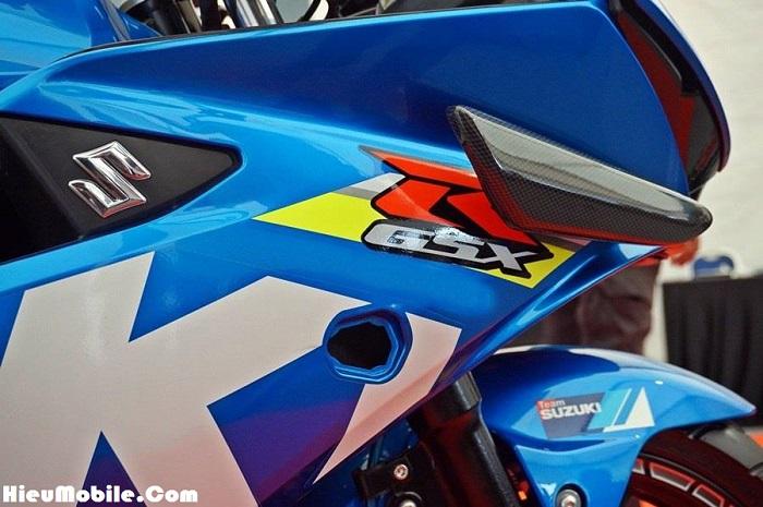 Cận cảnh vị trí mới của đèn xi nhan, có thể thấy nó đã che khuất một phần nhỏ chữ R trong logo GSX. Bên cạnh đó hậu quả là vị trí xi nhan cũ khá to vẫn chưa được che đậy, tạo ra một điểm rất xấu cho chiếc xe khi nhìn vào bên hông.