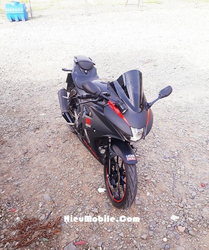 Hình ảnh cuối cùng của chiếc GSX R150 đen nhám pha nét đỏ. Từ đây bạn cũng đã phân biệt được vẻ đẹp giữa chiếc xe này với chiếc Yamaha R15 V3 mà lúc trước chúng tôi từng giới thiệu rồi phải không nào