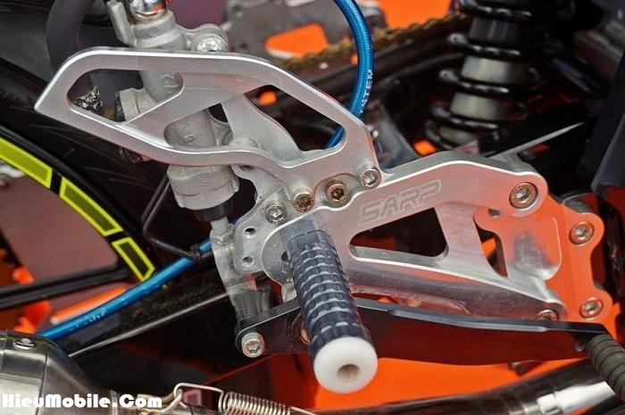 Càng về sau chúng ta lại càng thấy nhiều các chi tiết mang công nghệ CNC mạ nhôm - cẵng hạn như chiếc thắng chân này. Rất tiếc là chúng ta không được nhìn ngắm phần cần số bên hông kia - nhưng có lẽ chúng đều là một bộ.