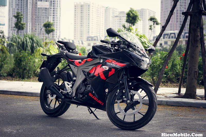 Suzuki GSX R150 là một dòng côn tay thể thao có giá bán tương đối mềm hiện nay tại Việt Nam với 2 màu chính hãng: Xanh GP, Đỏ Đen. Trong hình là tem đỏ đen nguyên zin mọi thứ nên các bạn có thể tham khảo trước khi lựa chọn mua về màu tem này.