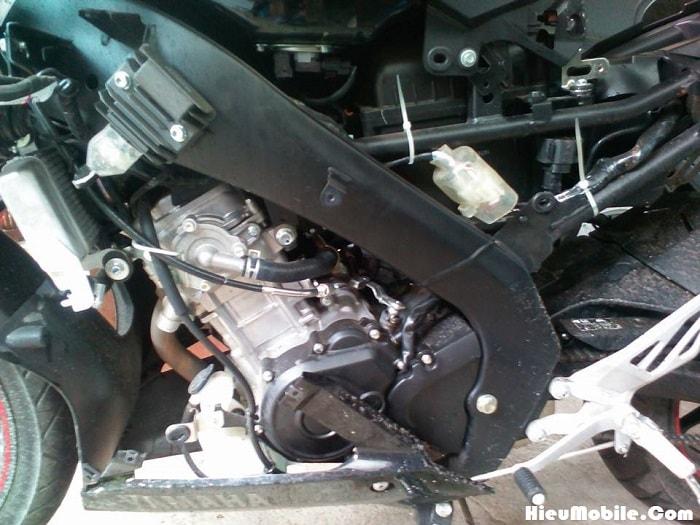 Dễ dàng nhận ra độ khác biệt giữa cục máy Yamaha R15 V3 khi so sánh các xe đời cũ. Phần đầu nòng được mạ nhôm sáng bóng nên tạo ra một điểm đặc biệt lớn khi quan sát