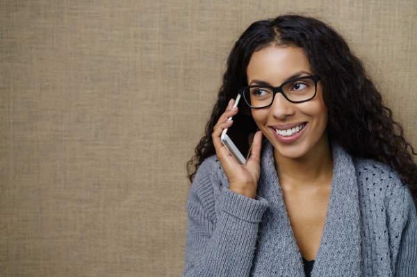 Không nên đặt điện thoại quá sát mặt vì nó ảnh hưởng đến da