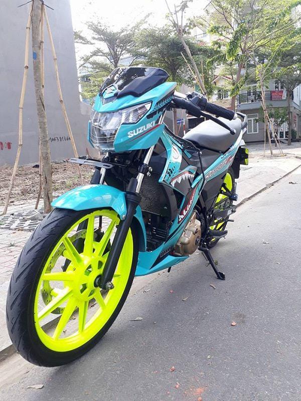 Kết hợp cùng màu tem xanh cá mập, 2 bánh xe thêm nổi bật với phần mâm được thay thế thành RCB và sơn vàng chói lóa