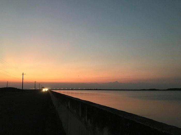 Đập thủy điện Trị An là một địa điểm vui chơi của rất nhiều bạn trẻ từ nhiều tỉnh thành phố xung quanh. Mặc dù không phải là một khu du lịch nhưng mỗi ngày có đến hàng trăm lượt khách đến tham quan, ngắm cảnh, chụp hình. Khung giờ nổi bật nhất của khu vực này là khoảng xế chiều tức 4h-7h tối.