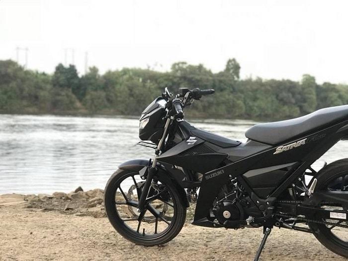 Khác với các phiên bản được cho là hiền lành của dòng Raider Việt Nam và Satria Indonesia lẫn Thái Lan. Màu ten đen nhám được phủ trên bộ áo khiến chiếc xe trở nên mạnh mẽ và huyền bí hơn bao giờ hết.