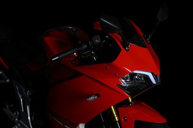 Demon 150GR là mẫu sport phân khúc 150 duy nhất có trong vài năm trở lại đây của GPX. Các dòng xe của GPX đều lấy màu đỏ làm chủ đạo, đại diện cho hãng nên nhiều người sẽ lầm tưởng với Ducati - một hãng xe danh tiếng khác.