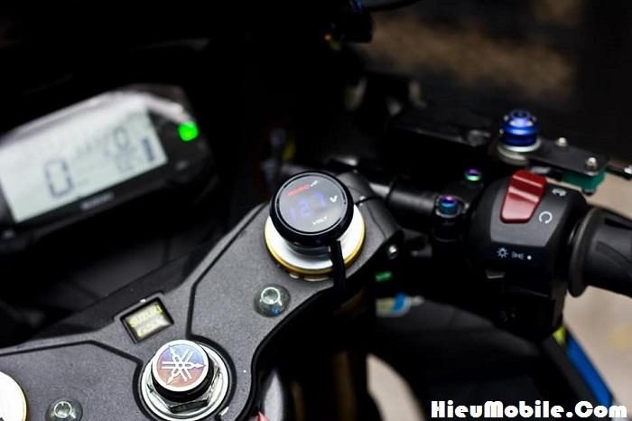 Phía trên con ốc phải của chảng ba đã gắn thêm đồng hồ đo dòng điện, đây là chảng ba của phuộc USD nhé các bạn. Chắc diện tích con ốc giữa có phần hạn chế diện tích nên chủ xe đã chọn dán một logo của hãng Yamaha.