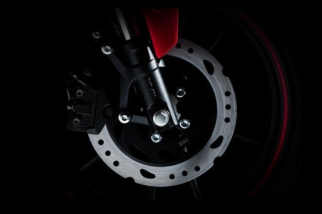 Demon 150GR sử dụng phuộc trước Upside Down,phuộc sau Mono Spring kèm đó là phanh đĩa không quá lớn với heo dầu 2 pixton cho phép xe vận hành êm ái và an toàn hơn.
