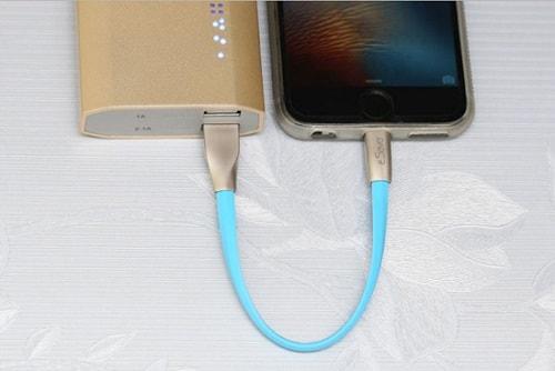 Khoảng cách từ PIN sạc dự phòng nằm cạnh nhau thì phù hợp với loại dây ngắn nhất 20-40cm