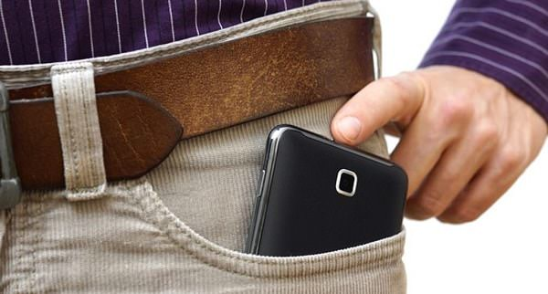 Đặt điện thoại ở túi quần trước ảnh hưởng đến chức năng sinh lý nam giới