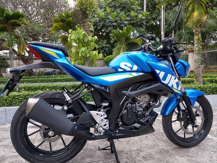 Tổng thể nhân vật chính của chúng ta ngày hôm nay - Suzuki GSX S150 màu xanh GP còn nguyên zin với vẻ ngoài cơ bắp và khỏe khắn