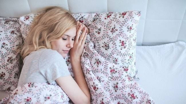Việc ngủ đủ giấc giúp giảm rõ rệt dấu hiệu cảm cúm