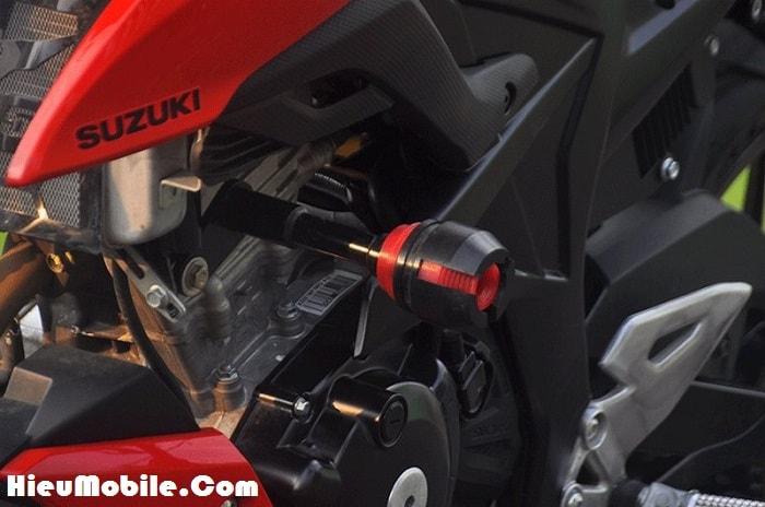Vị trí gắn chống đổ đặt ngày vào bên hông của đầu máy, chủ xe cũng biết lựa chọn màu đỏ đen để hòa trộn vào màu tem của xe