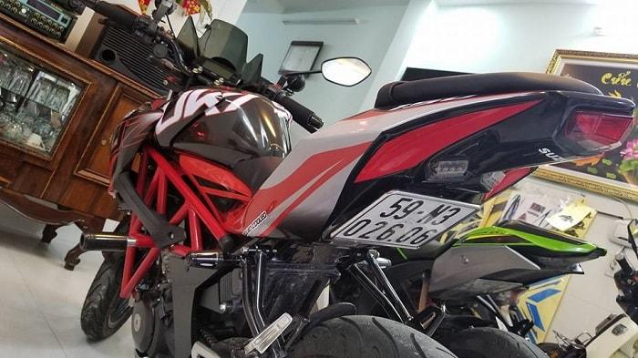 Chiếc GSX S150 đỏ đen này phải nói là có rất nhiều góc nhìn đẹp mắt, ví dụ như hình trên nó tạo ra một chiếc xe cứ như là phân khối lớn chứ không phải là 150cc nữa. Phải khen chủ xe rất thông minh khi phối màu 3 màu đen, trắng, đỏ vô cùng hầm hố và mạnh mẽ