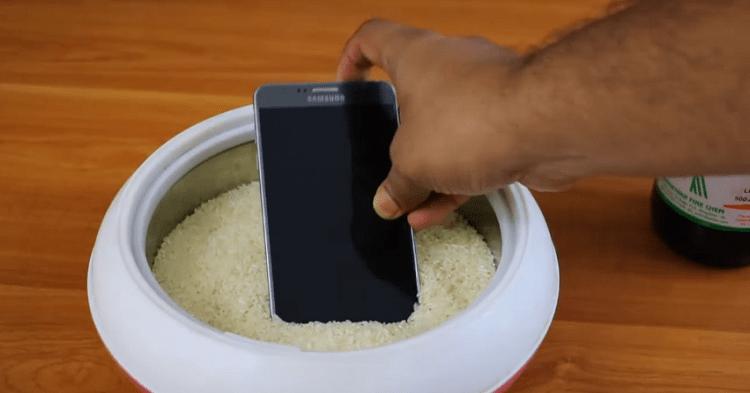 Hình ảnh optimized zzkp của Các bước cứu sống điện thoại rơi xuống nước tại nhà có hiệu quả cao tại HieuMobile